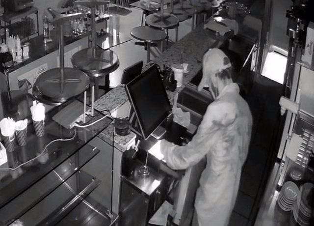 Una càmera de seguretat capta el lladre robant en un establiment comercial (Horitzontal).