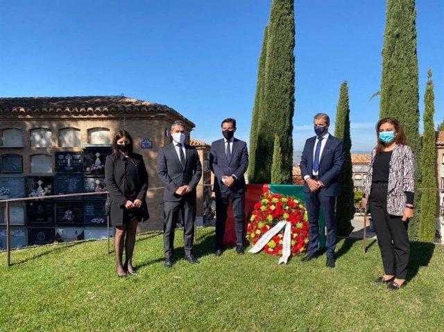 La corporación rinde homenaje a los granadinos fallecidos