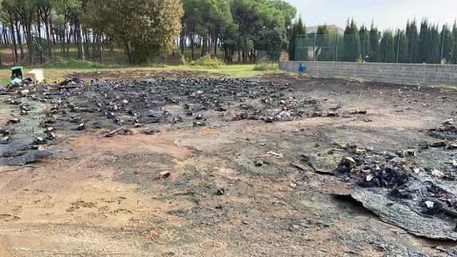 Pla mitjà de com ha quedat l'esplanada on s'han cremat el centenar de contenidors aquest dissabte 1 de novembre de 2020 a Calonge. (Horitzontal)