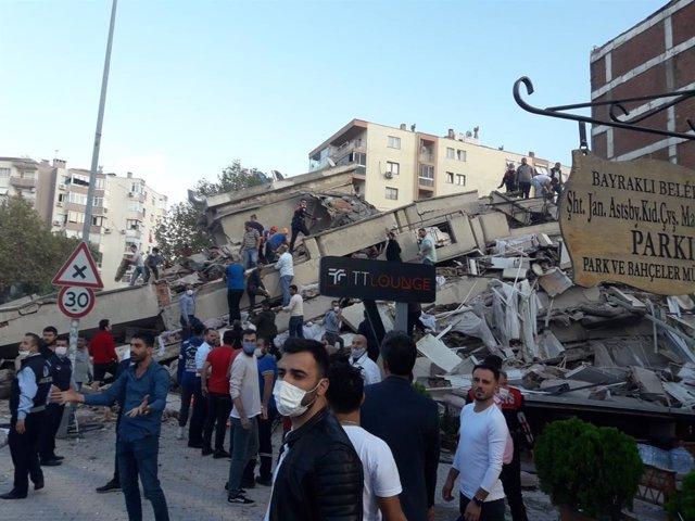 Edifici destruït per un terratrèmol a Esmirna, Turquia
