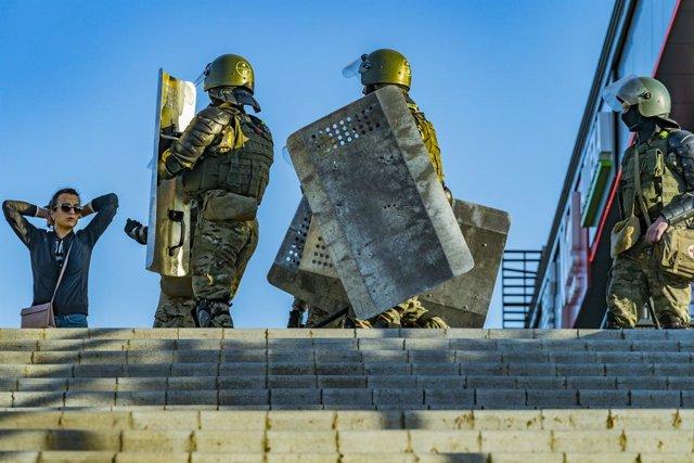Policías desplegados en Minsk en una de las protestas contra el Gobierno tras las elecciones presidenciales del 9 de agosto