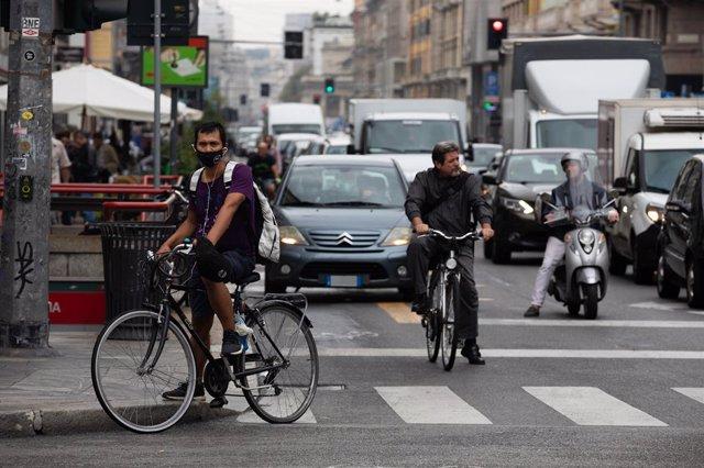 Un ciclista con mascarilla en Milán, Italia