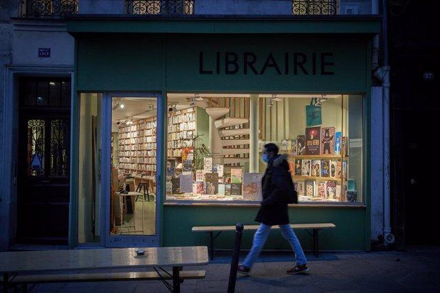 Librería cerrada por las restricciones del coronavirus en París