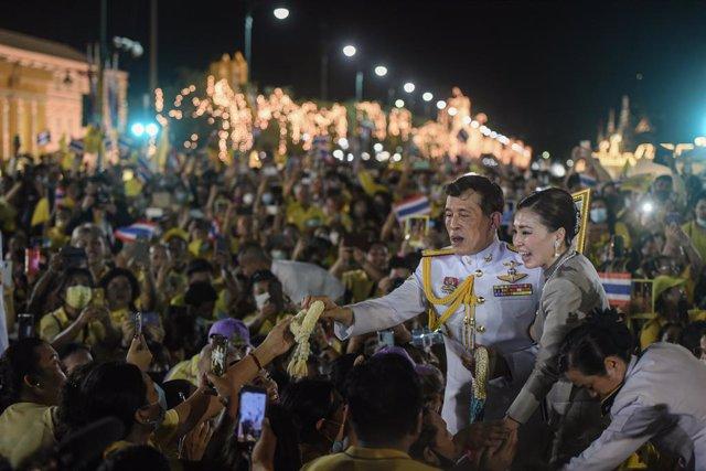 01 November 2020, Thailand, Bangkok: King Maha Vajiralongkorn of Thailand (L) and Queen Suthida of Thailand greet royalist supporters on the street after attending a Buddhist ceremony at The Grand palace. Photo: Yuttachai Kongprasert/SOPA Images via ZUMA
