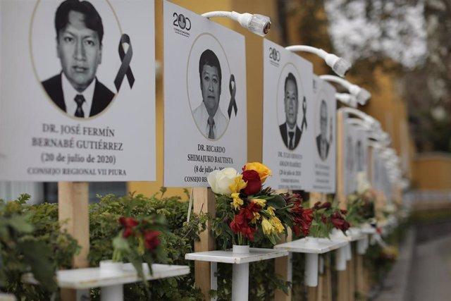 Homenaje en un hospital de Lima, Perú, a los médicos que han fallecido mientras combatían a la COVID-19 en el país.