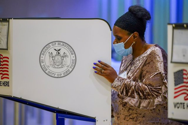 24 October 2020, US, New York: A voter wears a face mask as she casts her ballot in a polling station at Madison Square Garden during the early voting for the US Presidential Election. Photo: John Nacion/SOPA Images via ZUMA Wire/dpa