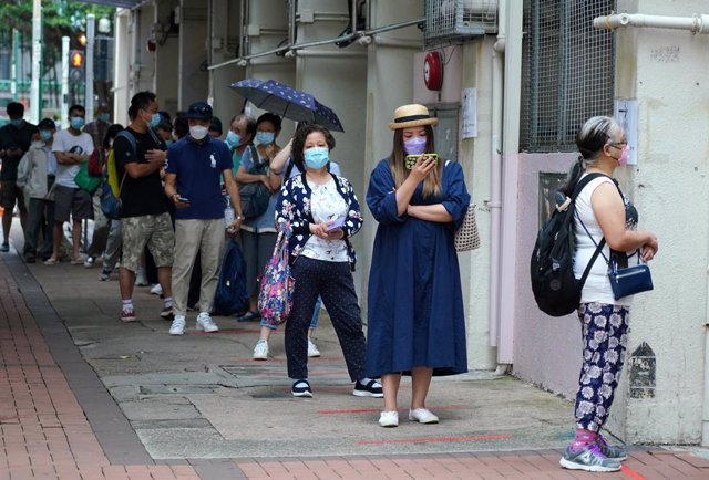 14 October 2020, China, Hong Kong: People stand in a line waiting for coronavirus (COVID-19) testing after four temporary testing centres come into service amid the spread of the coronavirus pandemic. Photo: -/TPG via ZUMA Press/dpa