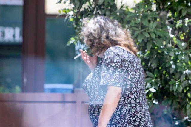 Ciudadanos fuman en la vía pública en Madrid después de que la Justicia haya anulado la orden de la Comunidad de Madrid que prohíbe fumar en la calle cuando no se pueda mantener distancia de seguridad, a 21 de agosto de 2020.