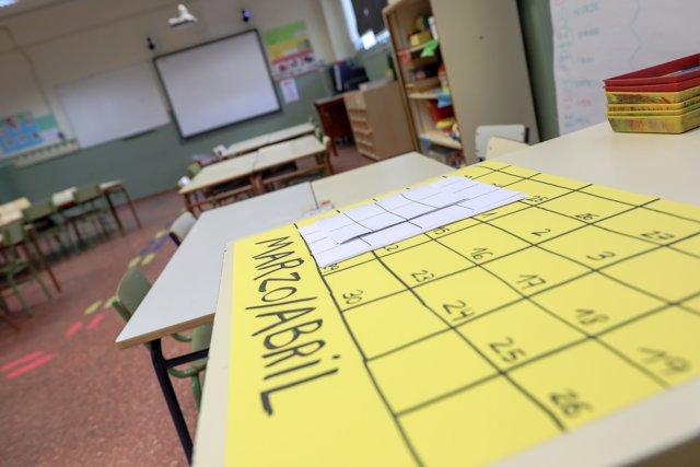 Calendario vacío del mes marzo-abril encima de los pupitres de uno de los colegios de la Comunidad de Madrid a 10 de marzo de 2020