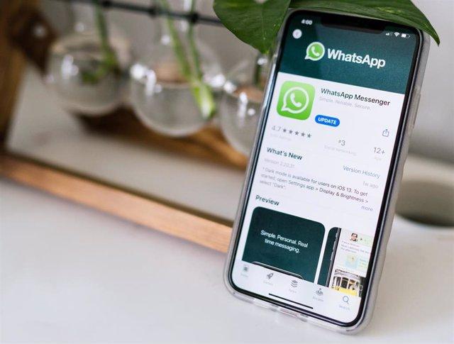 Aplicación de WhatsApp en un móvil.