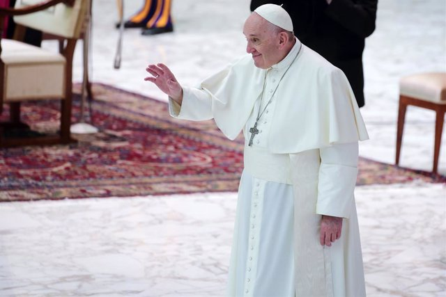 28 October 2020, Vatican, Vatican City: Pope Francis waves during his weekly general audience in Aula Paolo VI at the Vatican. Photo: Evandro Inetti/ZUMA Wire/dpa