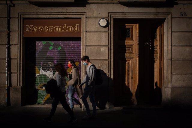 Diverses persones caminen per un carrer de Barcelona, Catalunya (Espanya), 16 d'octubre del 2020.