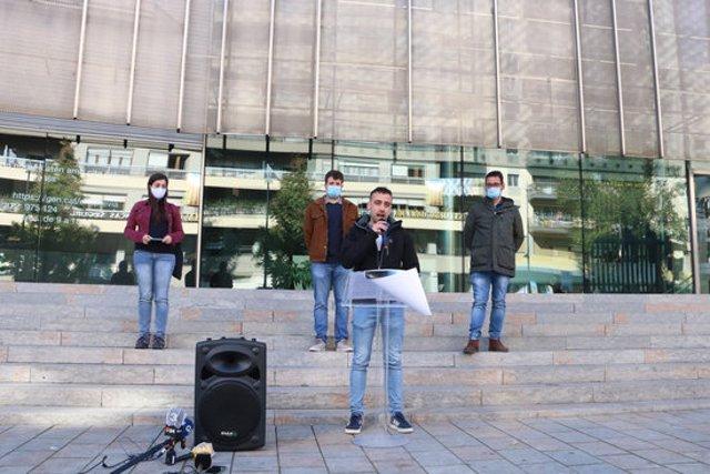 Els representants de les diferents organitzacions independentistes durant la roda de premsa per denunciar el cas d'espionatge a Girona, aquest 2 de novembre del 2020. (Horitzontal)