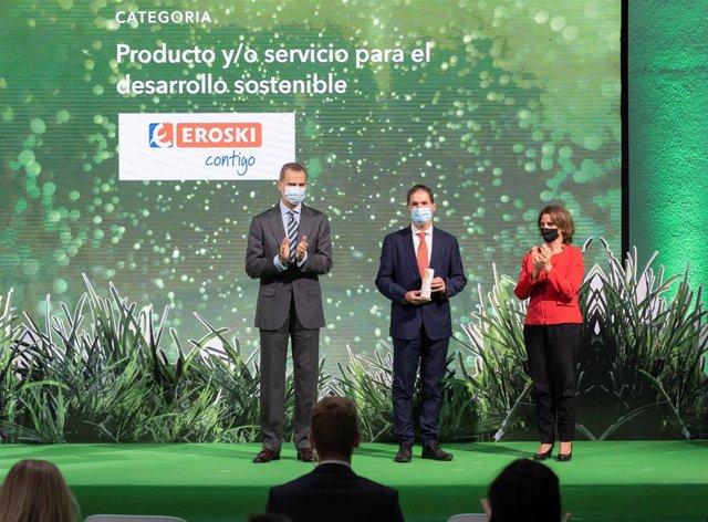 El Secretario General de Eroski, Mikel Larrea, junto al Rey Felipe VI y la ministra para la Transición Ecológica y el Reto Demográfico, Teresa Ribera, durante la ceremonia de entrega de los galardones.