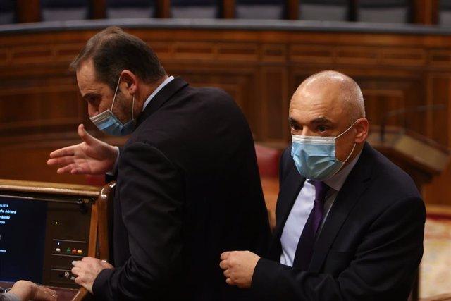 El ministre de Transports, Mobilitat i Agenda Urbana, José Luis Ábalos (E) i el secretari general del PSOE al Congrés, Rafael Simancas (D).