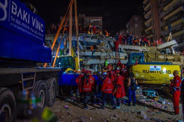 Treballs de cerca i rescat a la ciutat d'Esmirna (Turquia) després del terratrèmol al mar Egeu.