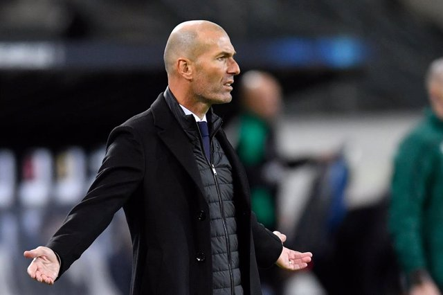 27 October 2020, North Rhine-Westphalia, Moenchengladbach: Real Madrid coach Zinedine Zidane reacts on the touchline during the UEFA Champions League Group B soccer match between Borussia Moenchengladbach and Real Madrid at the Borussia-Park stadium. Phot