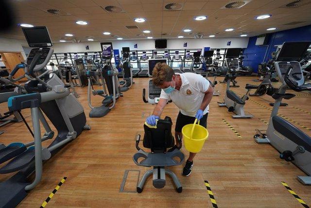 Trabajos de desinfección en un gimnasio durante la pandemia de coronavirus en Reino Unido