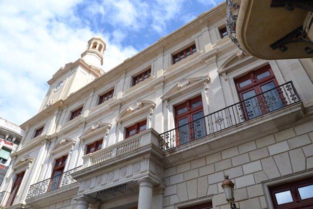 Pla general de la façana de l'Ajuntament de Reus. Imatge publicada el 2 de novembre del 2020. (Horitzontal)