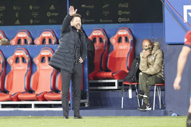 31 October 2020, Spain, Pamplona: Atletico Madrid coach Diego Simeone stands on the touchlines during the Spanish La Liga soccer match between CA Osasuna and Atletico Madrid at the Sadar stadium. Photo: Fernando Pidal/SOPA Images via ZUMA Wire/dpa