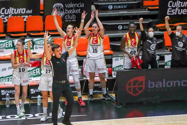 Las jugadoras del Casademont Zaragoza femenino celebrando una canasta en un partido de la Liga Femenina 2020-2021
