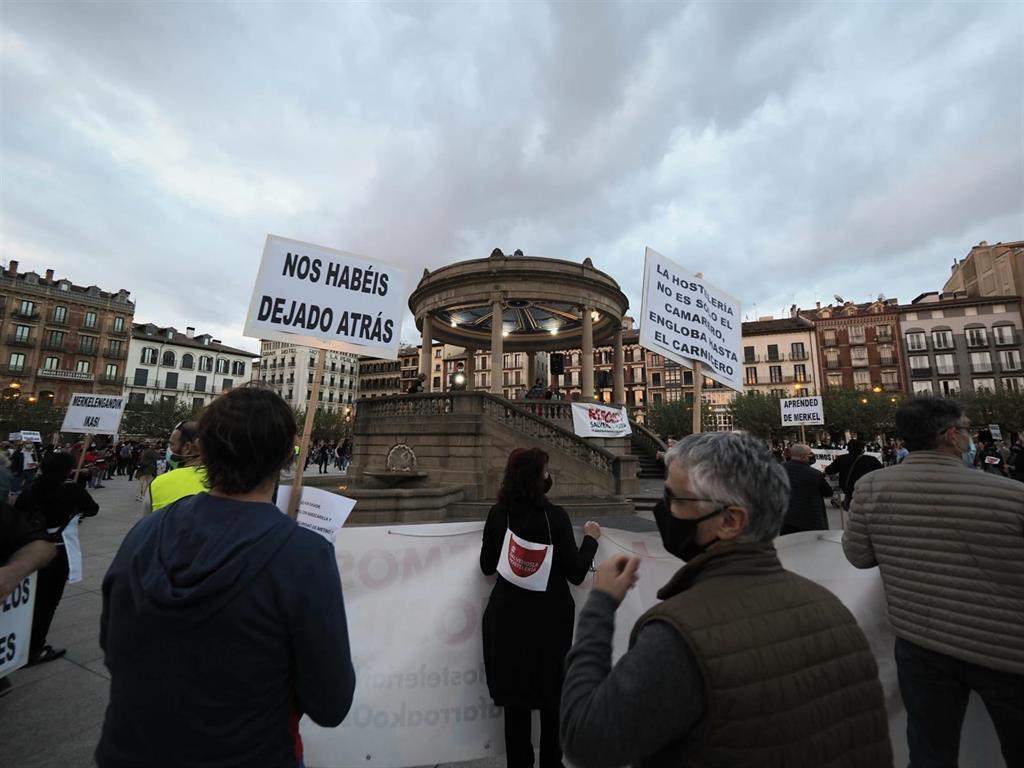 Hosteleros se manifiestan en Pamplona contra el cierre del sector y para reivindicar su «derecho al trabajo»