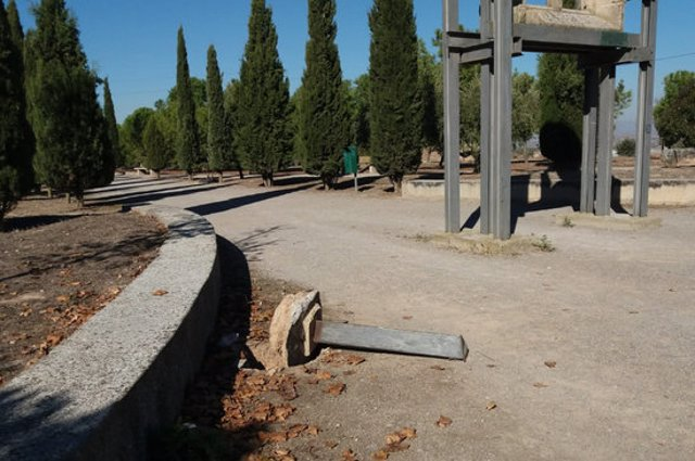 Pla mitjà on es pot veure un dels fanals víctima del vandalisme al Parc de Sant Eloi de Tàrrega, el 2 de novembre de 2020 (Horitzontal)