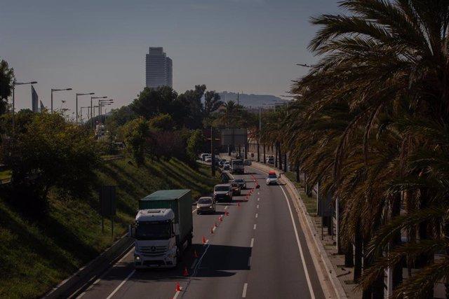 Vehículos realizan cola durante un control de movilidad en la Ronda del Litoral dirección salida de Barcelona, Catalunya (España), a 30 de octubre de 2020. Durante la madrugada de este viernes han entrado en vigor las nuevas medidas de la Generalitat sobr