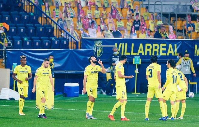 Villarreal players during the La Liga Santander mach between Villarreal and Valladolid at Estadio de la Ceramica on November 2, 2020 in Vila-real, Spain