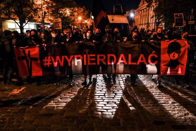 30 October 2020, Poland, Warsaw: Protesters hold a banner during a protest against a court ruling that tightens the abortion law in Poland. Photo: Grzegorz Banaszak/ZUMA Wire/dpa
