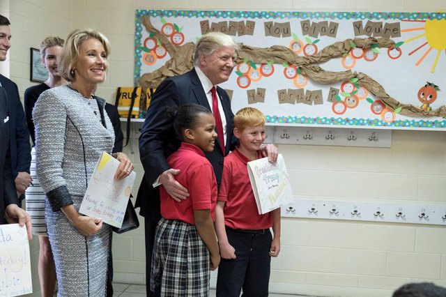 El presidente de EEUU, Donald Trump, junto a dos estudiantes de un colegio católico de Orlando, en el estado de Florida.