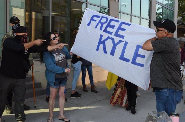Protestas en favor de la liberación del menor de 17 años Kyle Rittenhouse, acusado, entre otros cargos, de asesinato en primer grado, tras matar a dos personas y herir a otra en una protesta contra la violencia racial celebrada agosto en Winsconsin.