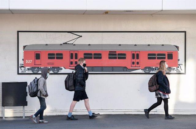 Un grupo de estudiantes en una estación de tren de la ciudad de Wellington, en el sur de la isla norte de Nueva Zelanda.