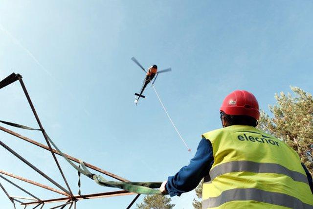 Els treballs per desmuntar l'antiga estesa de 110 kV que passa per les Guilleries es fan amb l'ajuda d'un helicòpter. Imatge publicada el 3 de novembre del 2020 (Vertical)