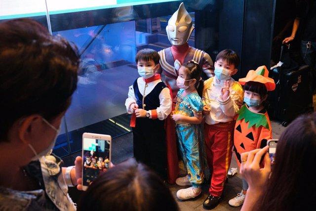 Un grupo de niños disfrazados con motivo de la celebración de Halloween.