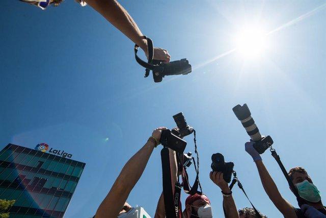 Varios fotógrafos deportivos de la Asociación Nacional de Informadores Gráficos de Prensa y Televisión (ANIGP-TV) alzan sus cámaras como signo de protesta a las puertas de la Sede de LaLiga debido a las medidas adoptadas que no les permite cubrir los encu
