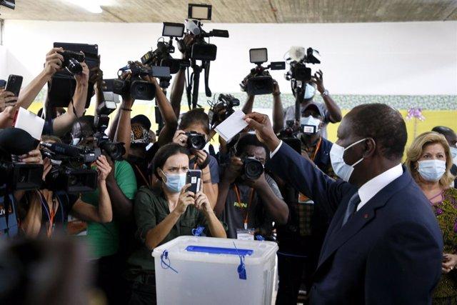 El presidente Alassane Ouattara vota en las elecciones de Costa de Marfil