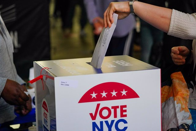 24 October 2020, US, New York: A voter casts a ballot in a polling station at Madison Square Garden during the early voting for the US Presidential Election. Photo: John Nacion/SOPA Images via ZUMA Wire/dpa