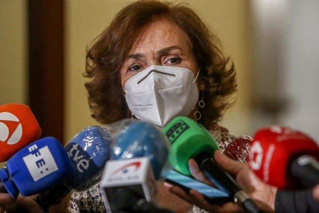 La vicepresidenta primera del Gobierno, Carmen Calvo, se dirige a los medios en el marco de un acto de entrega de declaraciones de reparación y reconocimiento personal a doce víctimas de la represión franquista, en Madrid (España), a 28 de octubre de 2020