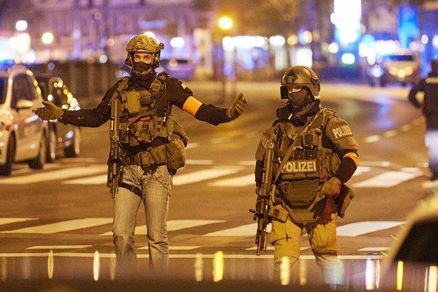 Dos agentes de la Policía de Austria hacen guardia durante un control levantado en la capital, Viena, con motivo del atentado terrorista que ha dejado hasta el momento tres fallecidos y una quincena de heridos.