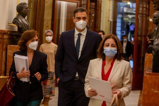 (E-D) La vicepresidenta primera del Govern central, Carmen Calvo; el president, Pedro Sánchez; i la sots-secretària general del PSOE, Adriana Lastra, en una sessió plenària al Congrés. Madrid (Espanya), 29 d'octibre del 2020.
