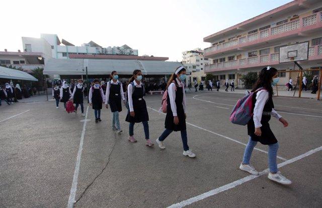 Estudiantes palestinas se dirigen a sus clases en un colegio de Gaza