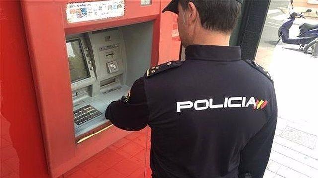 Agente de policía en un cajero.