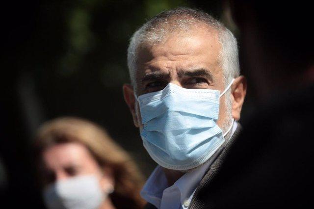 El líder de Cs en el Parlament, Carlos Carrizosa, en declaraciones ante los medios en l'Hospitalet.