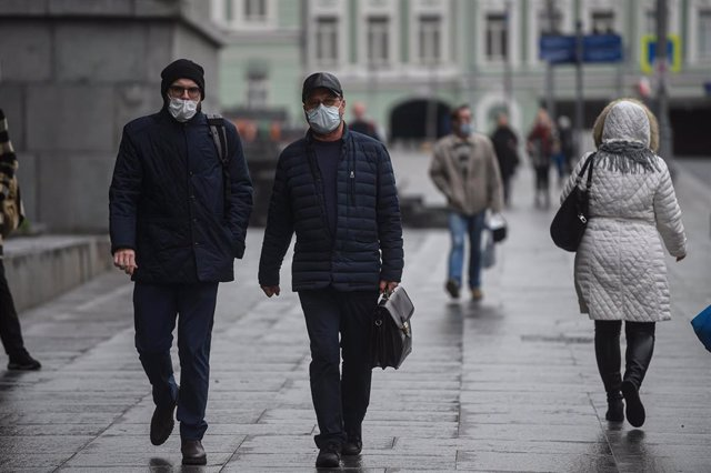 Personas con mascarilla pasean por Moscú