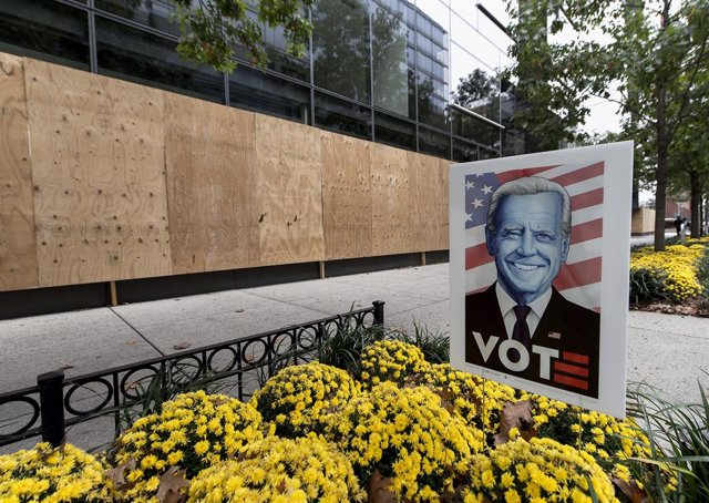 Un aparador protegit amb panells de fusta a Washington de cara a les eleccions