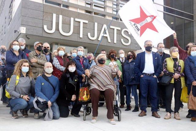 La mestra jubilada de Palafrugell, envoltada per als qui han anat a donar-li suport a les portes dels jutjats de la Bisbal d'Empordà aquest 3 de novembre del 2020 (Horitzontal)