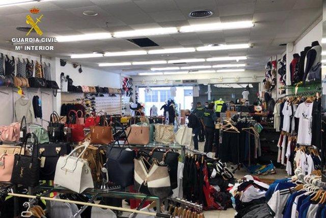 Pla obert d'una botiga de roba de la Jonquera on la Guardia Civil va incautar diversos productes falsificats en una inspecció el 30 d'octubre de 2020 (Horitzontal)