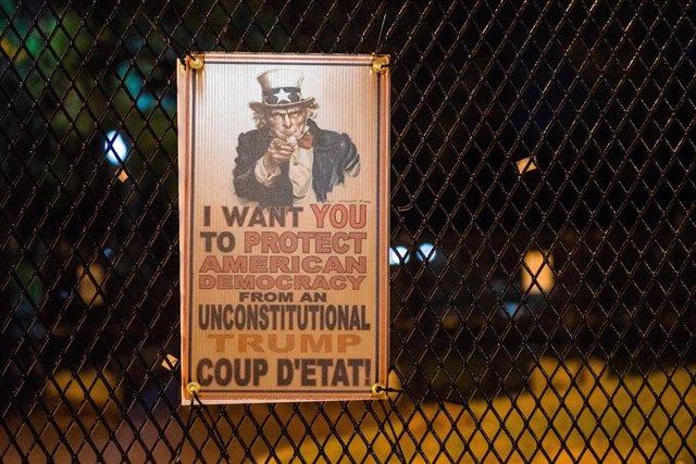 """Un cartel advirtiendo en contra de un """"golpe de Estado"""" de Trump en Washington"""