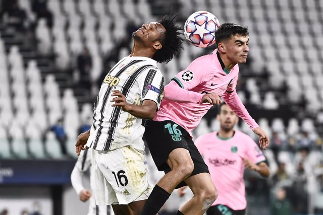 28 October 2020, Italy, Turin: Barcelona's Pedri and Juventus' Juan Cuadrado battle for the ball during the UEFA Champions League Group G soccer match between Juventus and Barcelona at the Allianz Stadium in Turin. Photo: Marco Alpozzi/LaPresse via ZUMA P